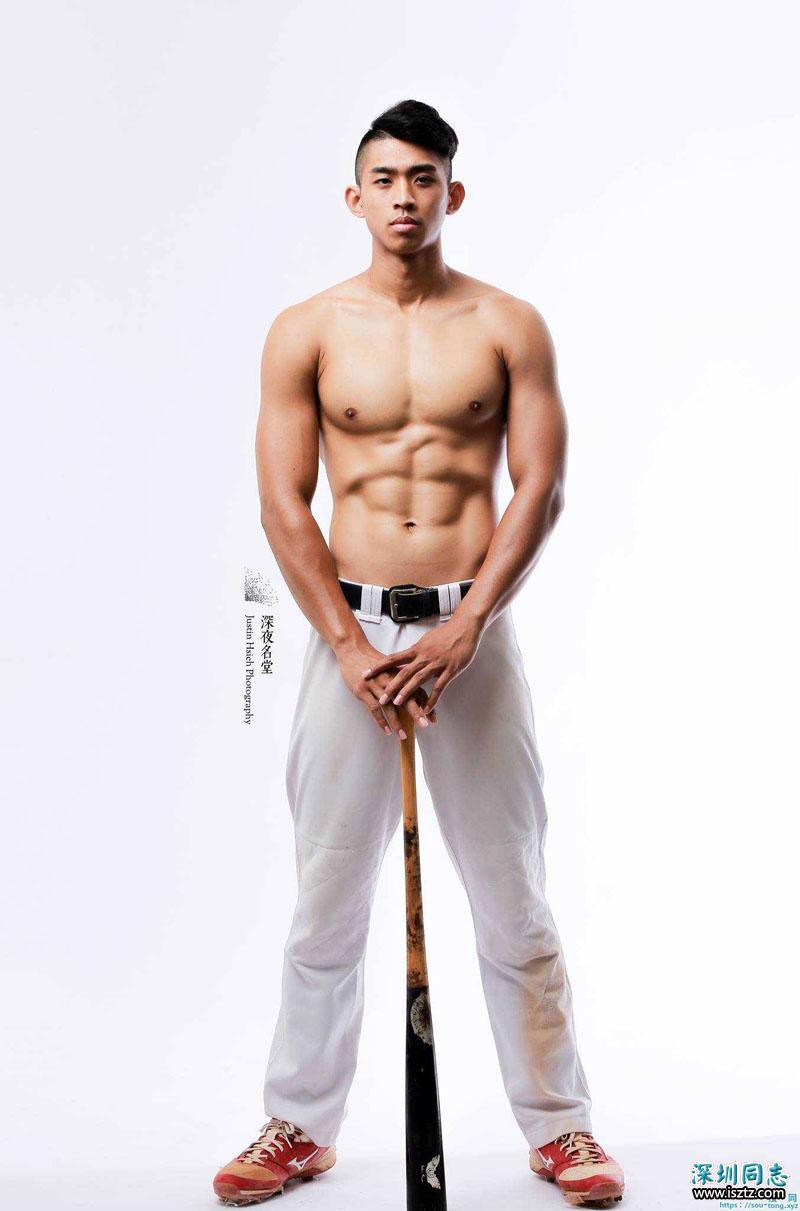 胸肌和腹肌都很亮眼的棒球小哥