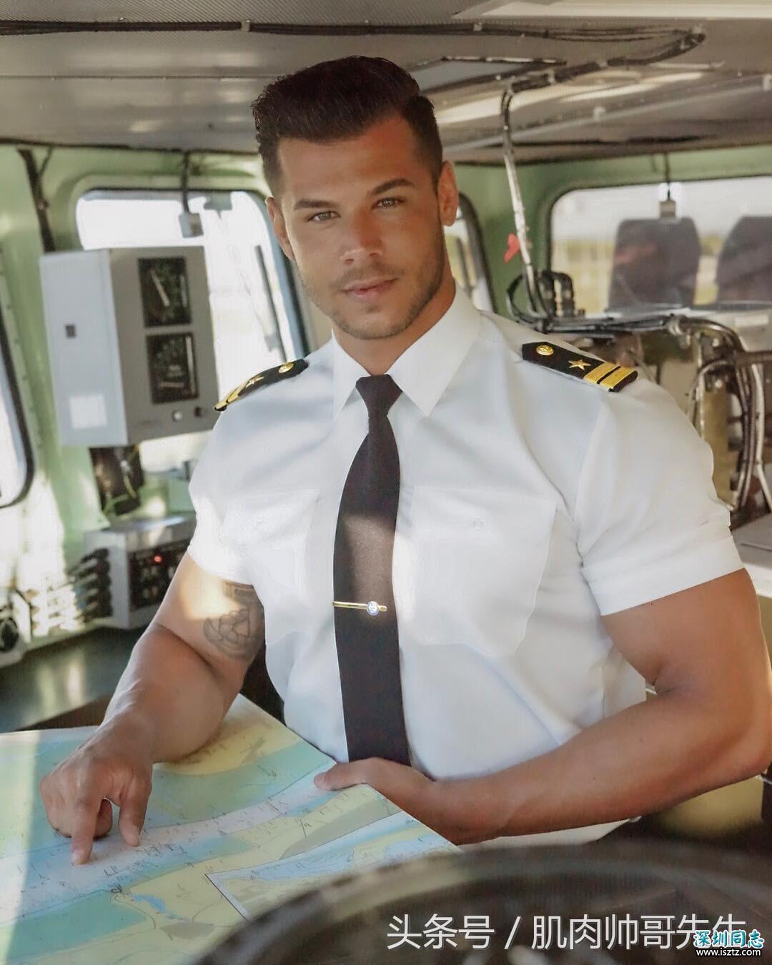 帅气逼人的国外飞机驾驶员 人帅身材好
