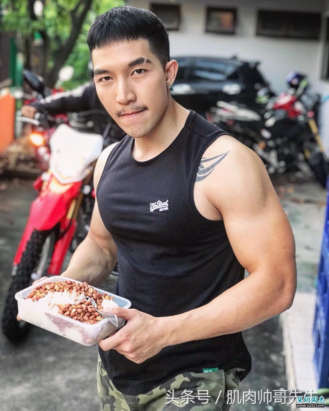 一身肌肉很健壮的寿司店断眉帅哥