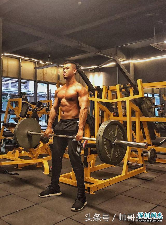 肌肉型男放弃5年军官工作,现在是一名运动博主及模特