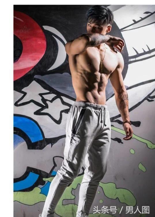 时尚肌肉男模:文艺小生与钢铁硬汉自由切换