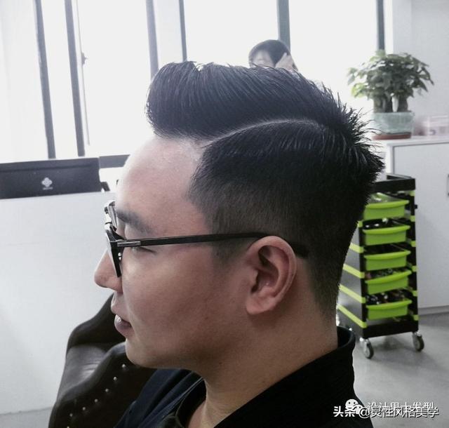 对于男生们来说,拥有一款合适且帅气的发型是很加分的事!
