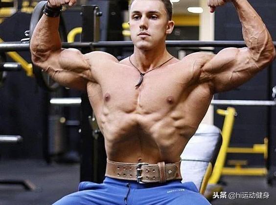 21岁小伙子健身后拥有巨臂,他还有个特殊的凹腹技能