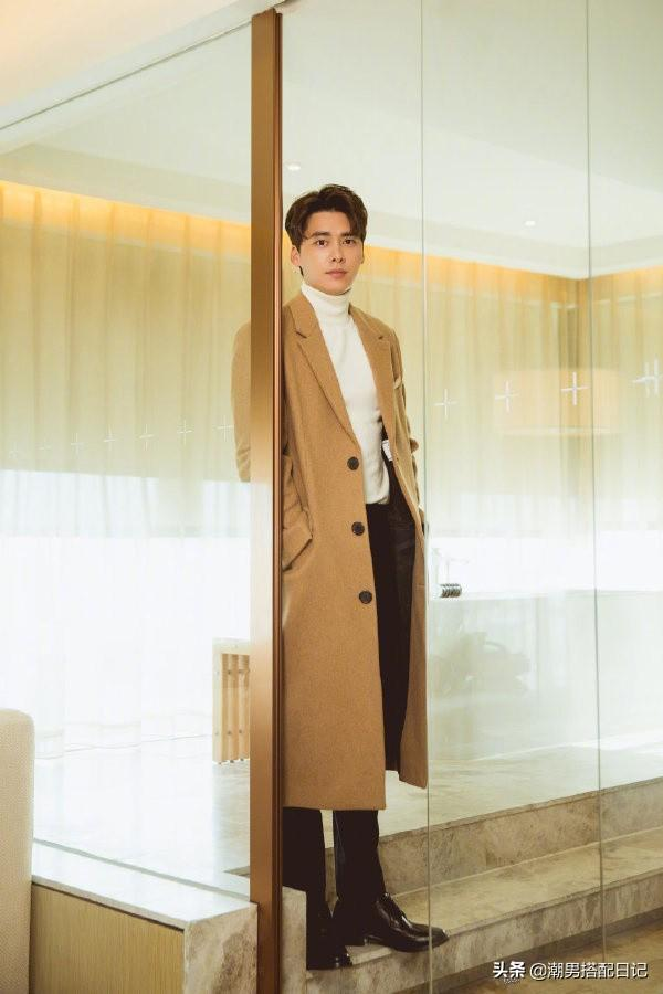 李易峰身穿格纹休闲西装,粉丝表示;魅力无处安放