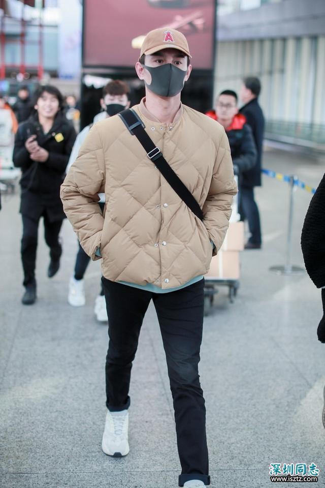 王凯无领棉衣搭配现身机场,修身显瘦尽显好身材