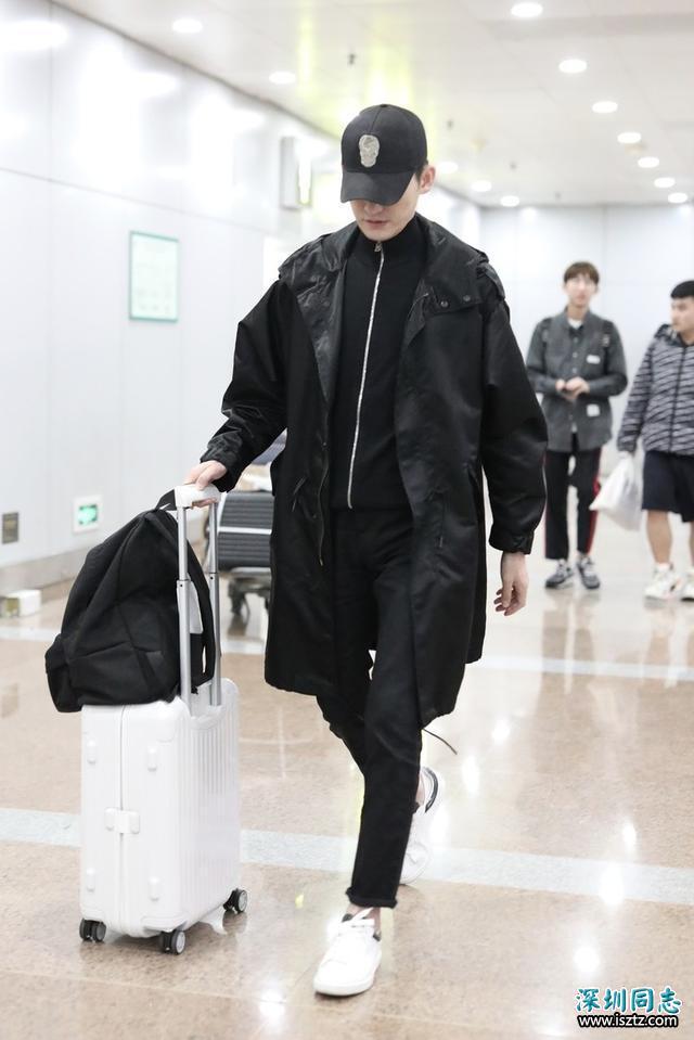 张翰一身黑色搭配走机场,大气沉稳变高冷男神